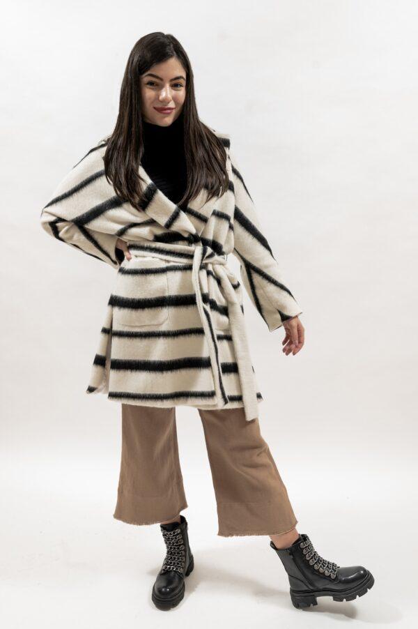 Palton pufos de dama cu dungi alb-negru